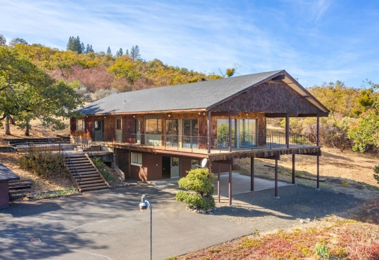 Chalet Style Home w/ Views of Mt McLaughlin